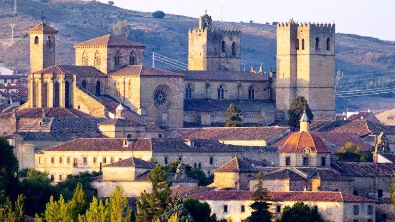 Esta imagen tiene un atributo ALT vacío; su nombre de archivo es Catedral_Siguenza.jpg